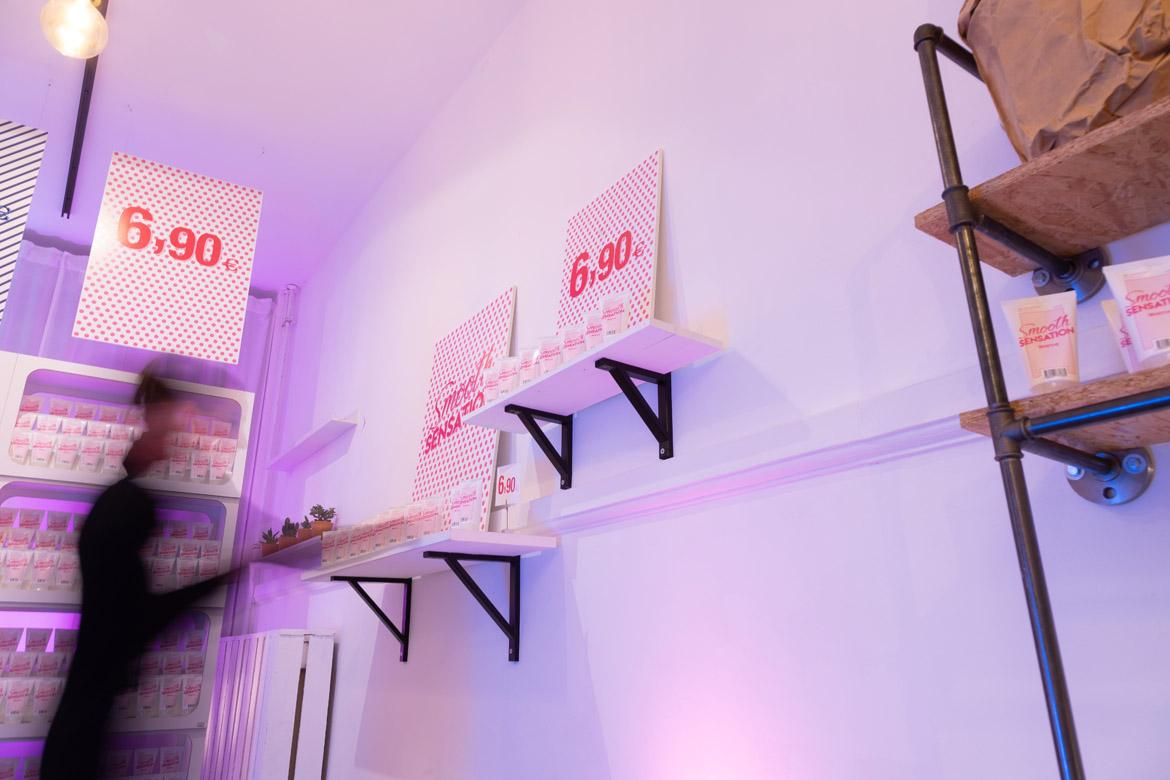 Pink Tax: Equalicare Smooth Sensation in Pop-up-Boutique mit Frau (1170)